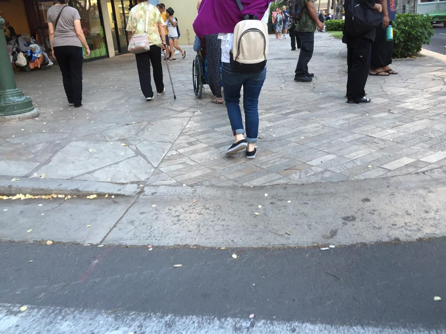 ハワイは車道と歩道の境目には段差がない
