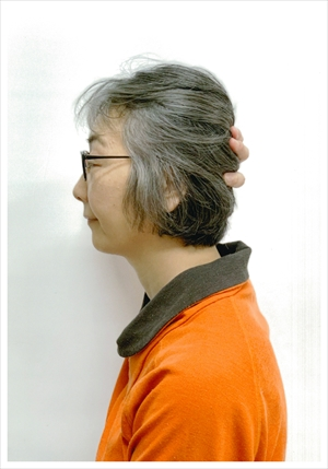 石井仁美さん58歳 グレイヘア挑戦前の写真 横から